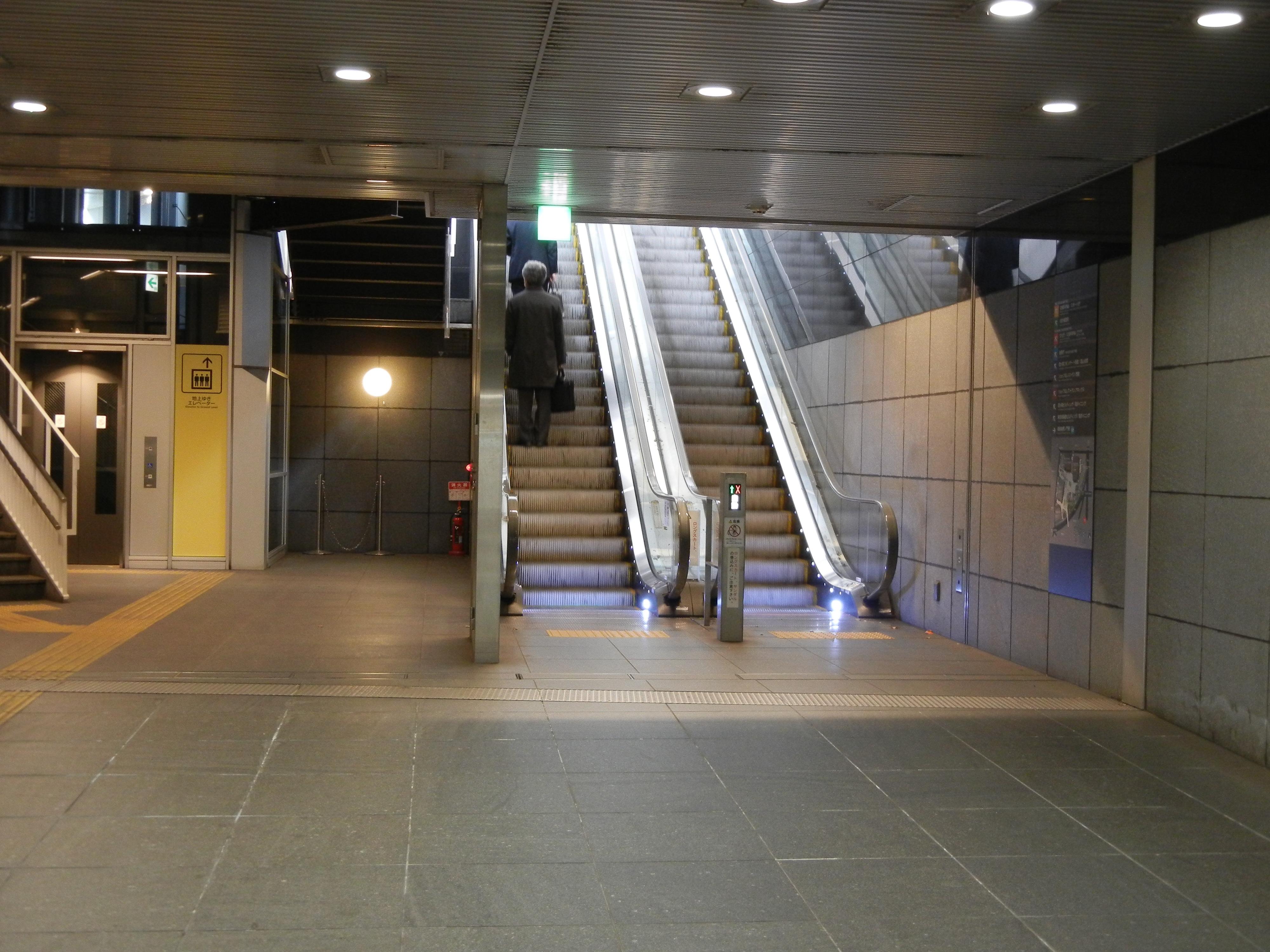有楽町線の麹町駅の2番出口を出たら、後ろに戻る感じで四ツ谷方面に進んでください。