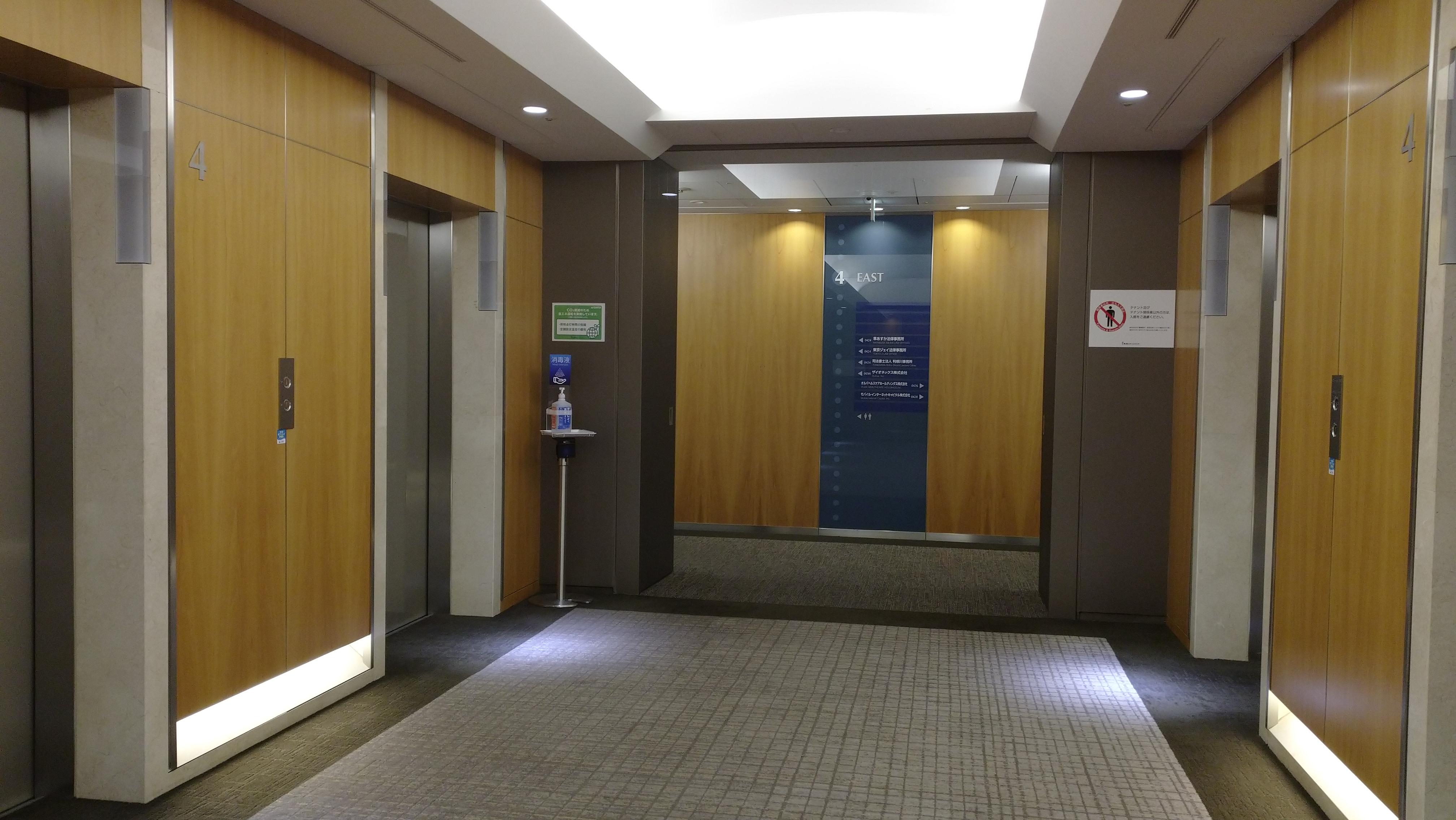 1階のホールからエレベーターで8階まで進んでください。